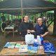 Specjalista OIP w Kielcach oraz opiekun harcerzy na tle wiaty obozowej